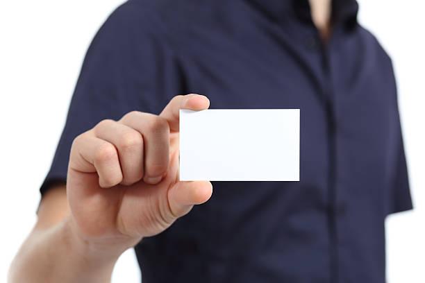 Close-up de um homem mão segurando um cartão em branco - foto de acervo
