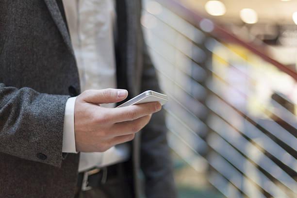 Nahaufnahme eines Mannes mit mobile Smartphone – Foto