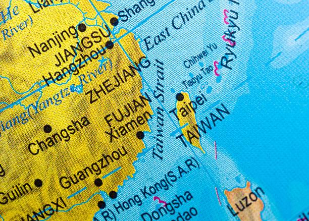 nahaufnahme von einer karte der meerenge von taiwan. - insel taiwan stock-fotos und bilder
