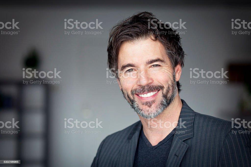Nahaufnahme der ein Älterer Mann lächelnd in die Kamera – Foto