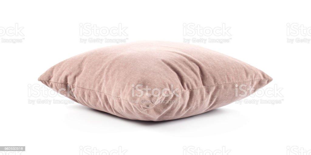 close-up de um travesseiro de carne-de-rosa sobre fundo branco - Foto de stock de Aconchegante royalty-free