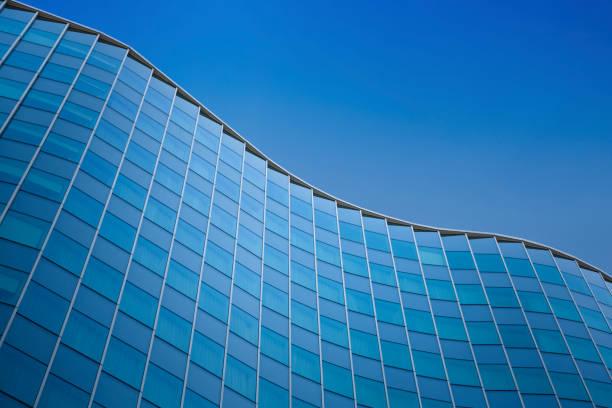 nahaufnahme eines modernen architektur hintergrund - glas gebäudehülle - fassadenschnitt stock-fotos und bilder