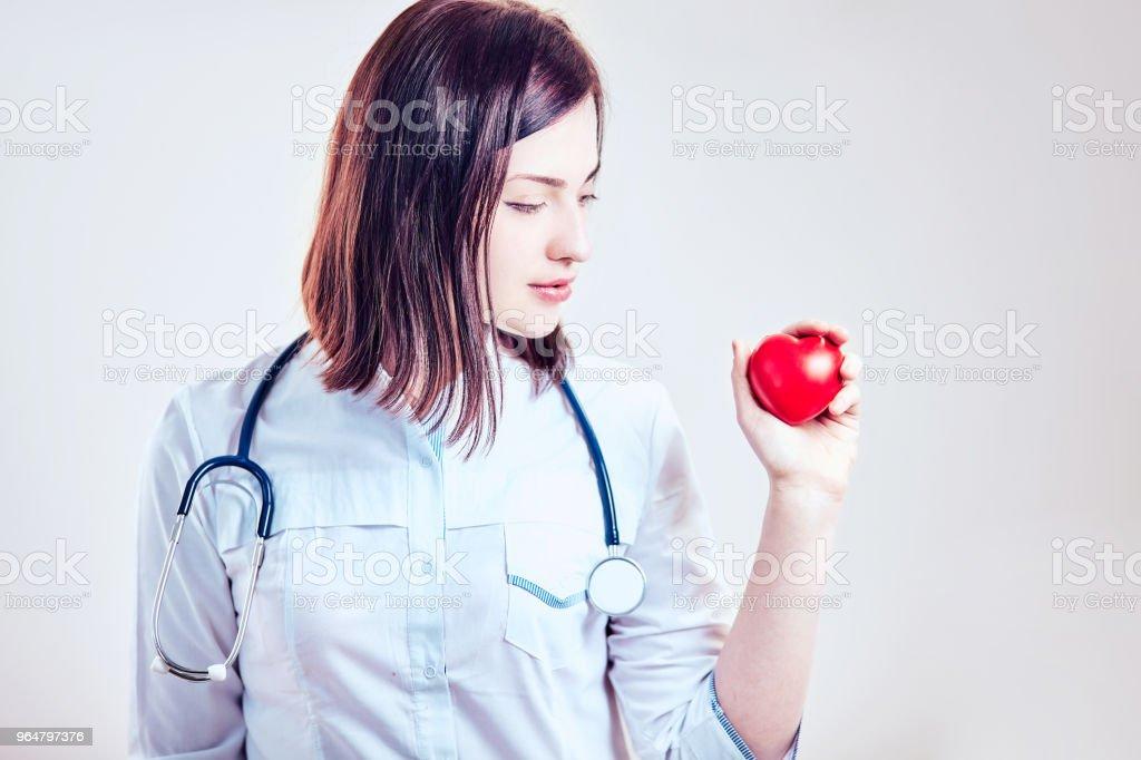 Close-up de uma enfermeira na frente de um fundo brilhante - Foto de stock de Acendendo royalty-free