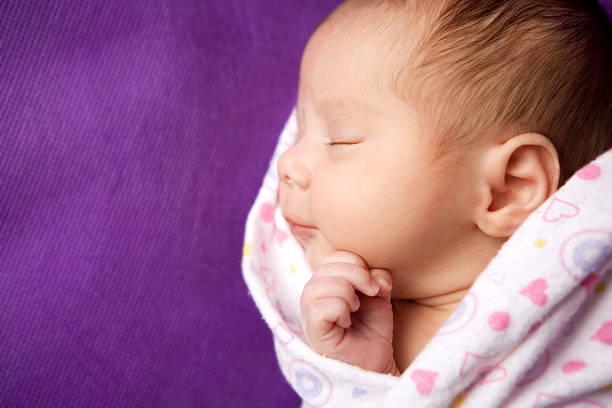 nahaufnahme von schlafen, gewickelt für neugeborene babys – mädchen - neugeborene krankenhaus outfits stock-fotos und bilder