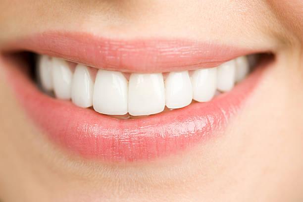 gros plan d'une femme souriante - dents photos et images de collection