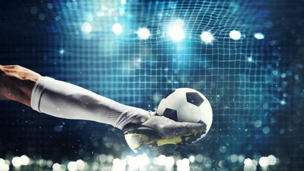 gros plan d'un attaquant de football prêt à coups de pied le ballon dans le but de football - football photos et images de collection