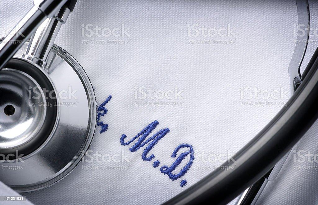Primer plano de un estetoscopio y bordado en una chaqueta del médico - foto de stock