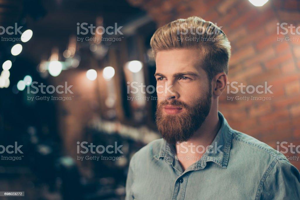 Cerca de una impresionante mirada de un chico barbudo rojo con peinado de moda en una tienda de barbero. Mirando tan de moda y seguros de - foto de stock