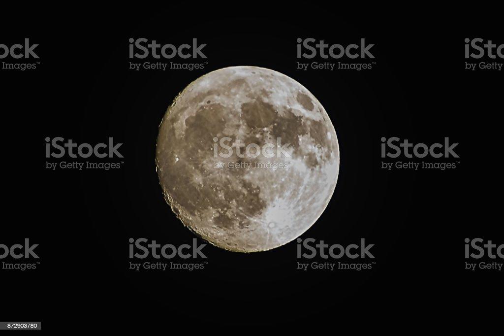 Close up van een super maan op zwarte achtergrond foto