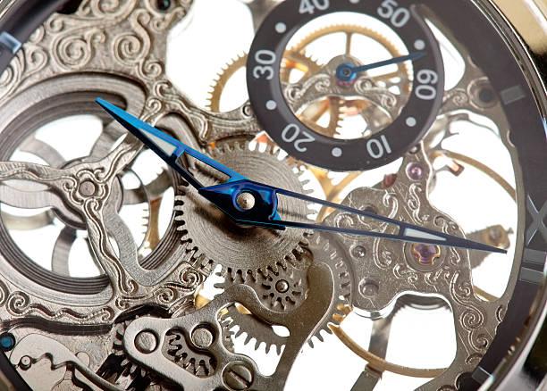 Gros plan d'un mécanisme de l'horloge isolé sur blanc - Photo