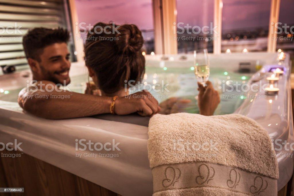 Gros plan d'une serviette sur un hot tub en couple dedans. - Photo
