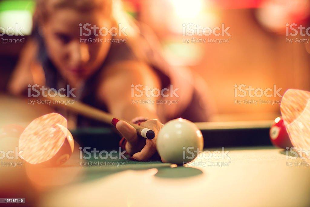 Gros plan d'une femme tendant à la balle. - Photo