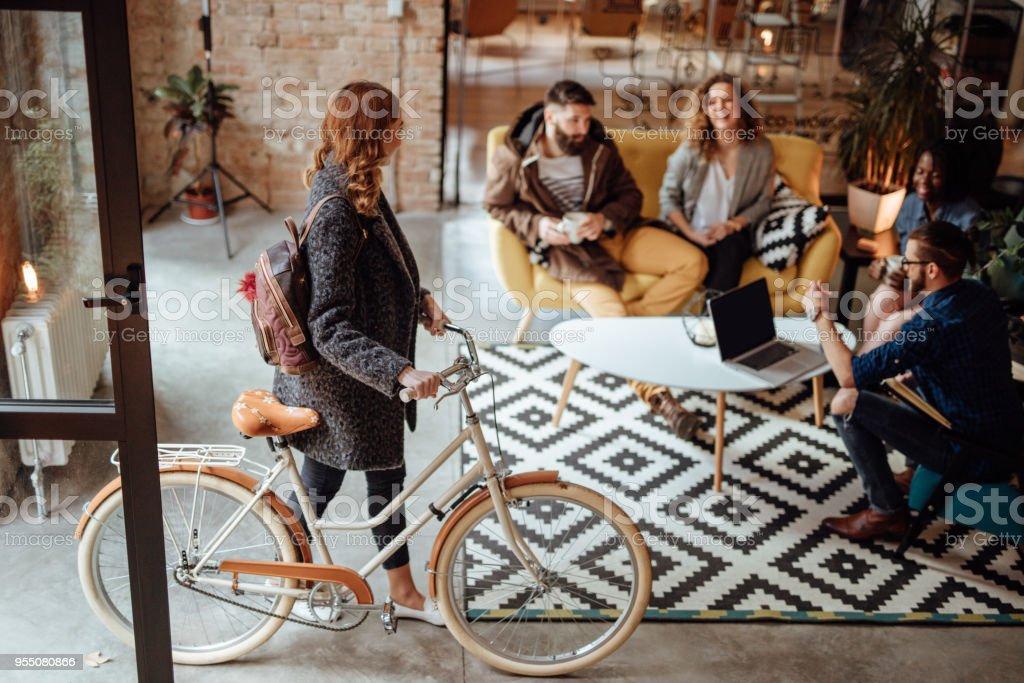 Nahaufnahme einer Frau Amtsantritt mit dem Fahrrad – Foto