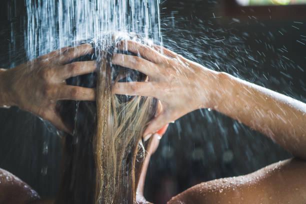 nahaufnahme einer frau waschen ihr haar beim duschen am morgen. - dusche stock-fotos und bilder