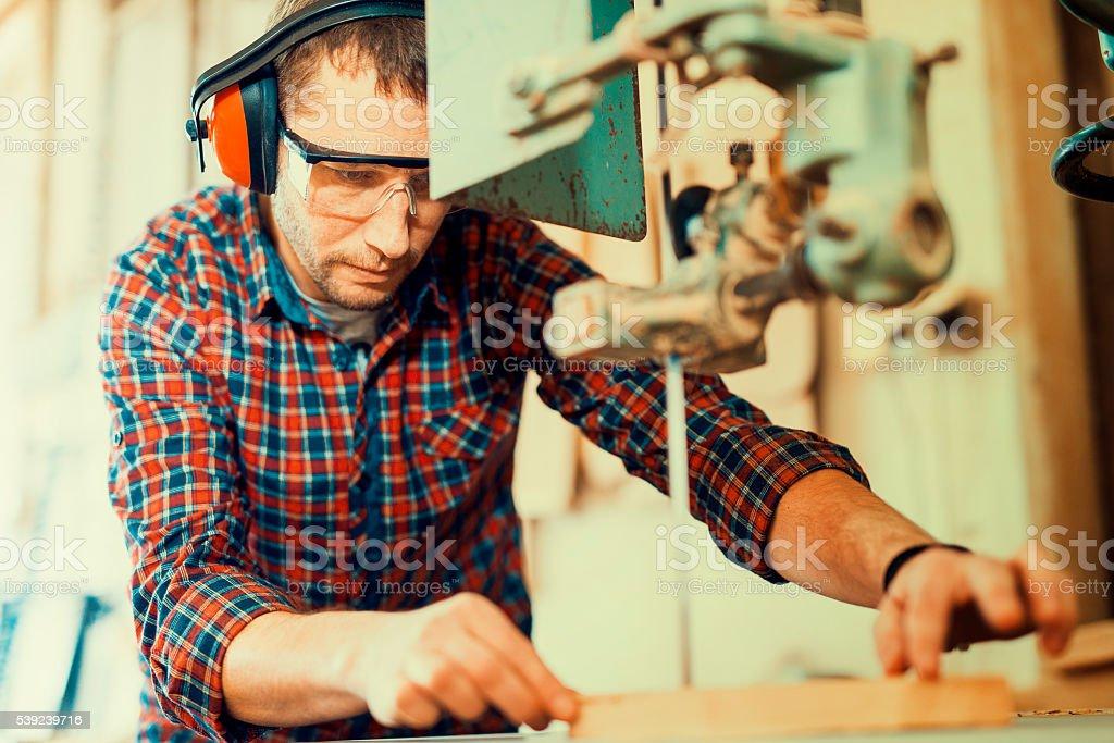 Acercamiento de un joven Carpintero en el trabajo foto de stock libre de derechos