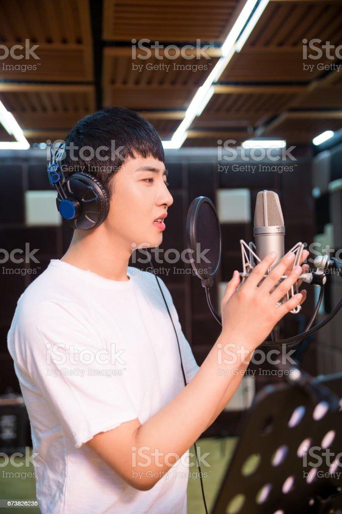 Gros plan d'une jeune chanteuse, une piste d'enregistrement dans un studio photo libre de droits