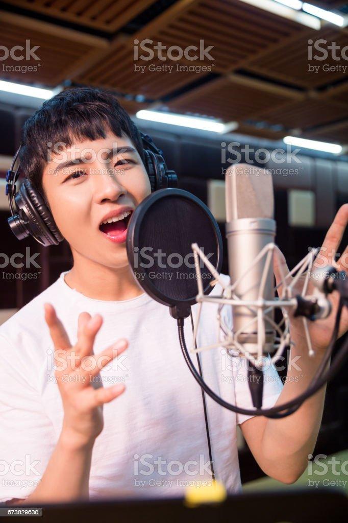 Bir parça bir stüdyoda kayıt bir genç şarkıcı, yakın çekim royalty-free stock photo