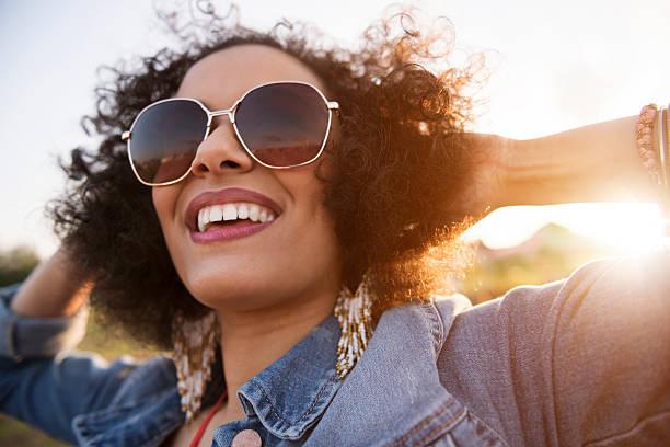gros plan de femme africaine descente - sourire à pleines dents photos et images de collection