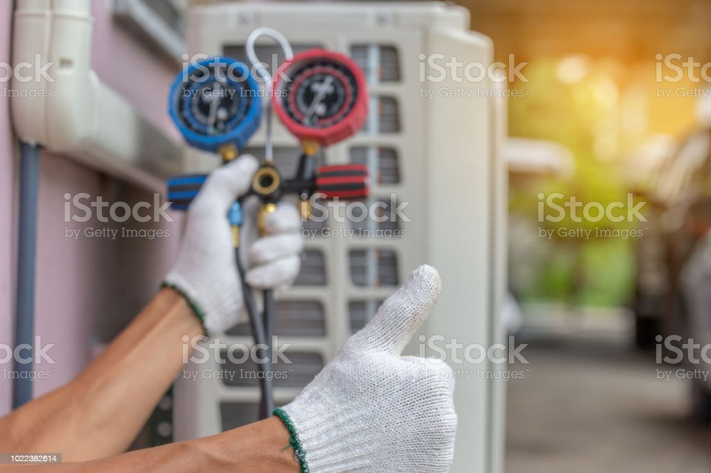 Close up of Air Conditioning Repair, repairman on the floor fixing air conditioning system - foto stock