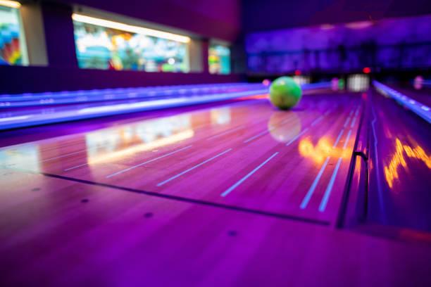 close-up van alley bij bowling club - bowlen stockfoto's en -beelden