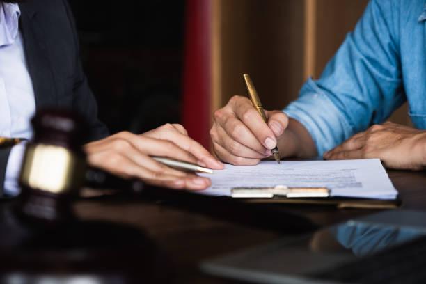 Nahaufnahme einer Exekutive Hände hält einen Stift und angibt, wo Sie einen Vertrag im Büro – Foto