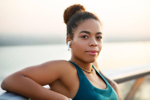 橋の上に立つ魅力的な黒い肌の女性のクローズアップ - real bodies ストックフォトと画像