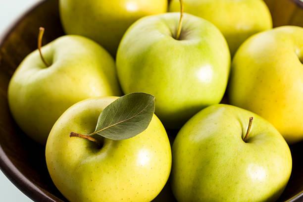 gros plan de pommes dans panier en bois. - golden photos et images de collection