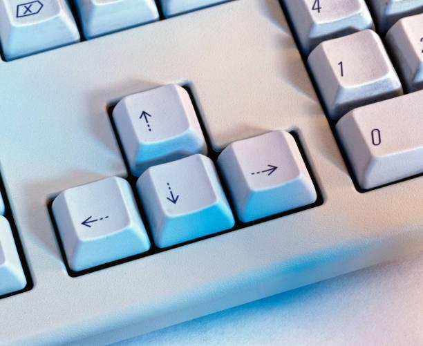 Nahaufnahme der Pfeiltaste von der Computertastatur – Foto