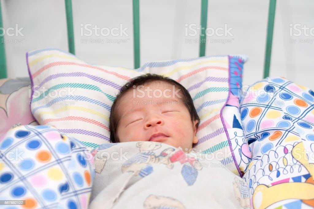 Close-Up de asiático bebê dormindo em treliça foto royalty-free