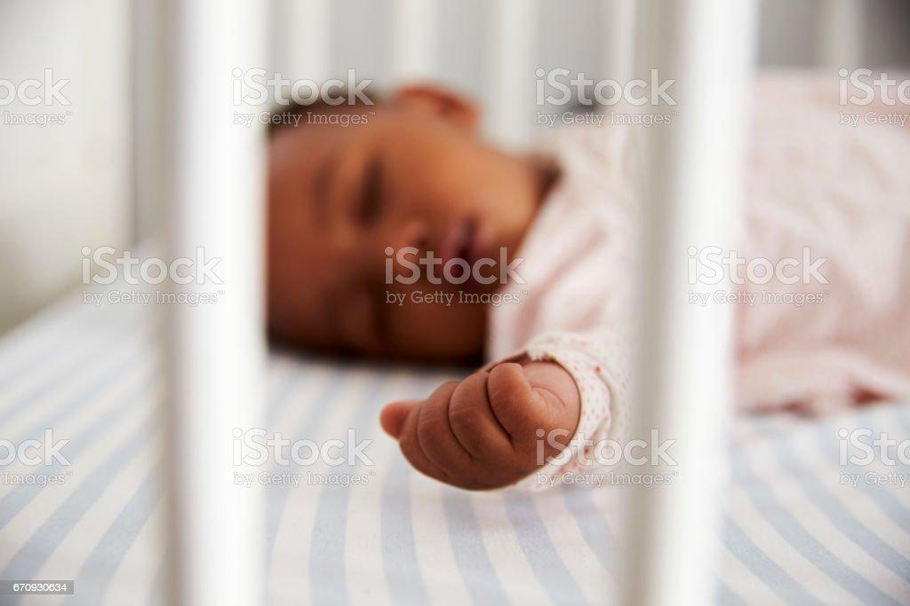 Nahaufnahme von Baby Mädchen schlafen im Kinderzimmer Kinderbett – Foto