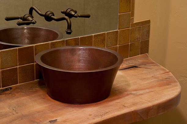 nahaufnahme der waschbecken im badezimmer - badezimmer rustikal stock-fotos und bilder