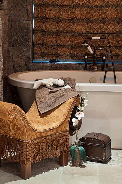 nahaufnahme der badewanne - badezimmer rustikal stock-fotos und bilder