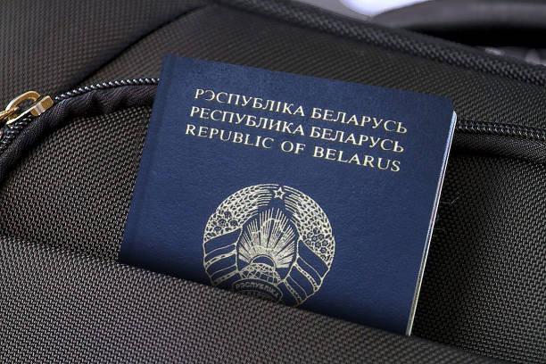 zbliżenie białoruskiego paszportu w czarnej kieszeni na walizki - białoruś zdjęcia i obrazy z banku zdjęć