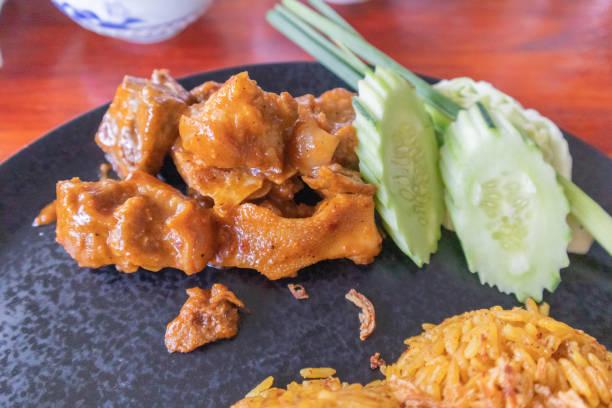 태국 남부 사툰 지방의 요리 접시에 염소와 비리야니 쌀을 닫습니다. 스톡 사진