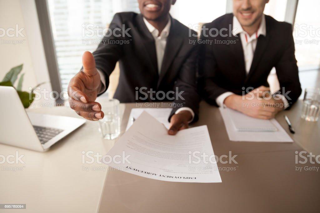 Close up van zwarte zakenman die baan, arbeidsovereenkomst, huur foto