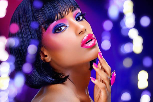nahaufnahme des schwarzen frau mit rosa nägel und make-up - lila augen make up stock-fotos und bilder