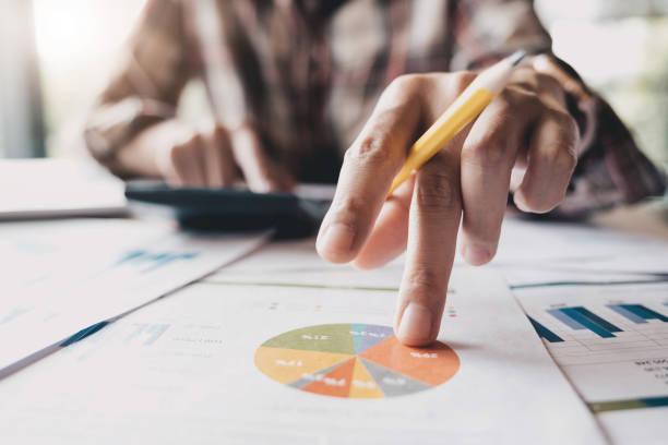 Nahaufnahme von Buchhalter oder finanzielle Inspektor Hände, Bericht, Berechnung oder Überprüfung Gleichgewicht. Persönliche Finanzen, Investitionen, Wirtschaft, sparen Geld oder Versicherung Konzept – Foto