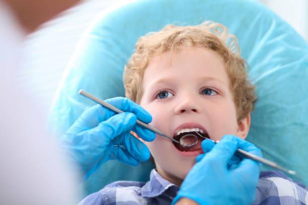 Nahaufnahme der junge seine Zähne durch einen Zahnarzt untersucht. Medizinische Heilung und Tests Werbung Konzept. – Foto