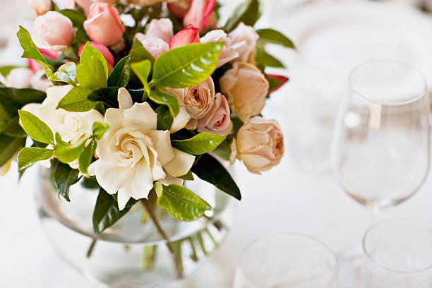 close up of bridal bouquet - bloemstuk stockfoto's en -beelden