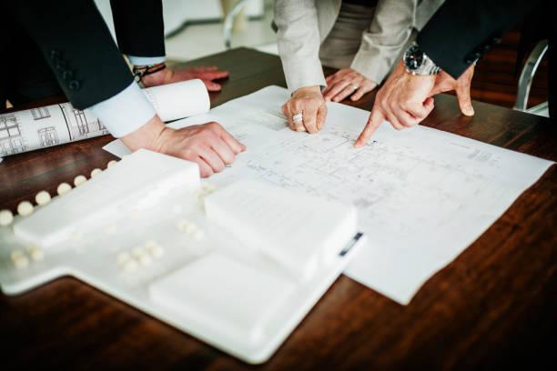 Nahaufnahme von Geschäftsangestellte Blick über Pläne – Foto