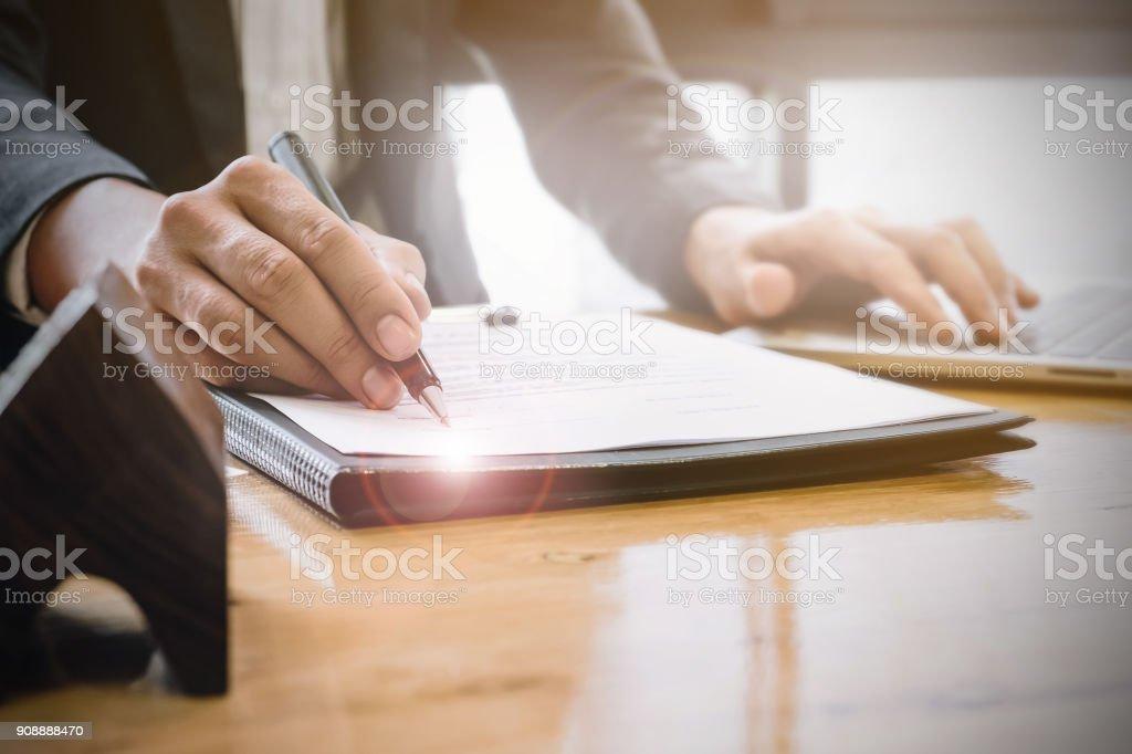 Nahaufnahme der Geschäftsmann zeigen und Vertragsunterzeichnung für Hauskauf. Bank-Manager-Konzept. – Foto