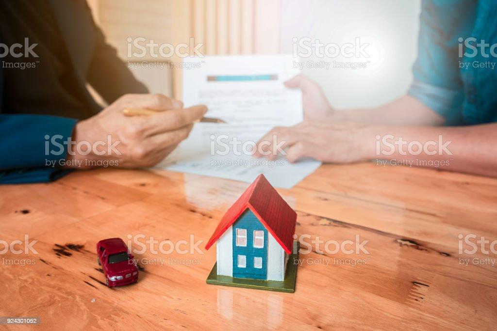 Nahaufnahme der Geschäftsmann zeigen und unterzeichnen Vereinbarung für den Kauf von Haus oder Versicherungsvertrag. Bank-Manager und Eigenschaft-Konzept. – Foto