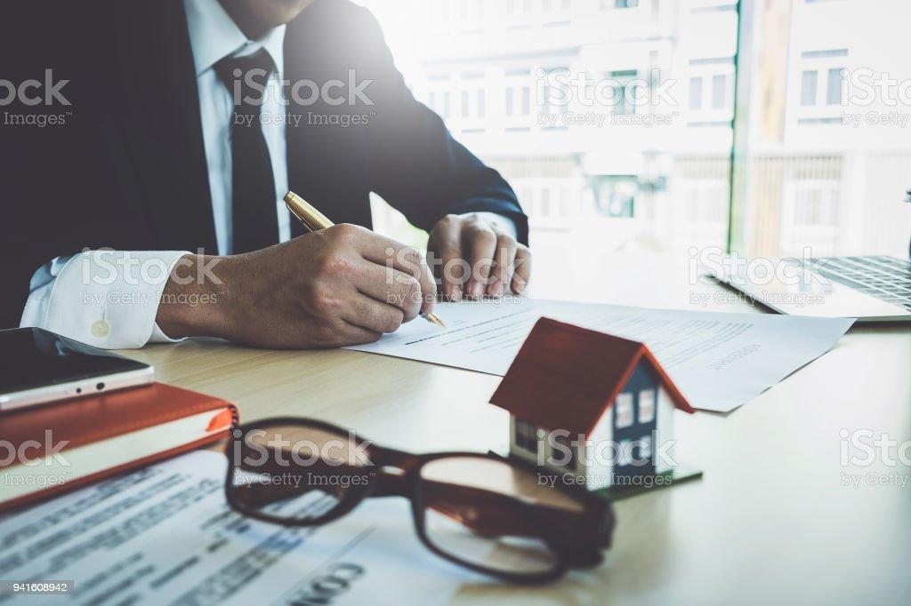 Nahaufnahme der Geschäftsmann zeigen und Vertragsunterzeichnung für Hauskauf. Bank-Manager und Immobilien-Konzept. – Foto