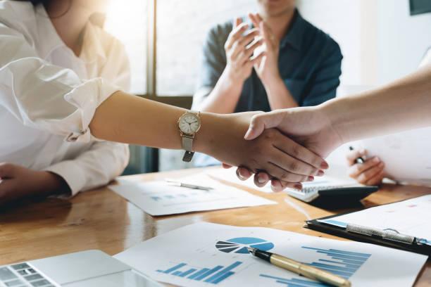 nahaufnahme von geschäftsleute händeschütteln, finishing, meeting, business-etikette, gratulation, mergers & acquisitions-konzept - fusionen und übernahmen stock-fotos und bilder