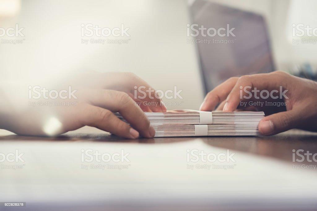 Nahaufnahme von Geschäftsmann Aushaendigen Geld, russische Banknoten, seinem Partner auf dem Tisch – Foto
