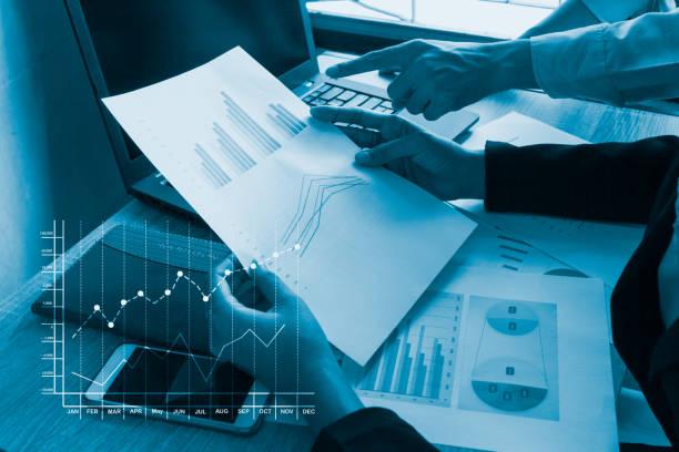 Gros plan de la main de l'homme d'affaires travaillant - Photo
