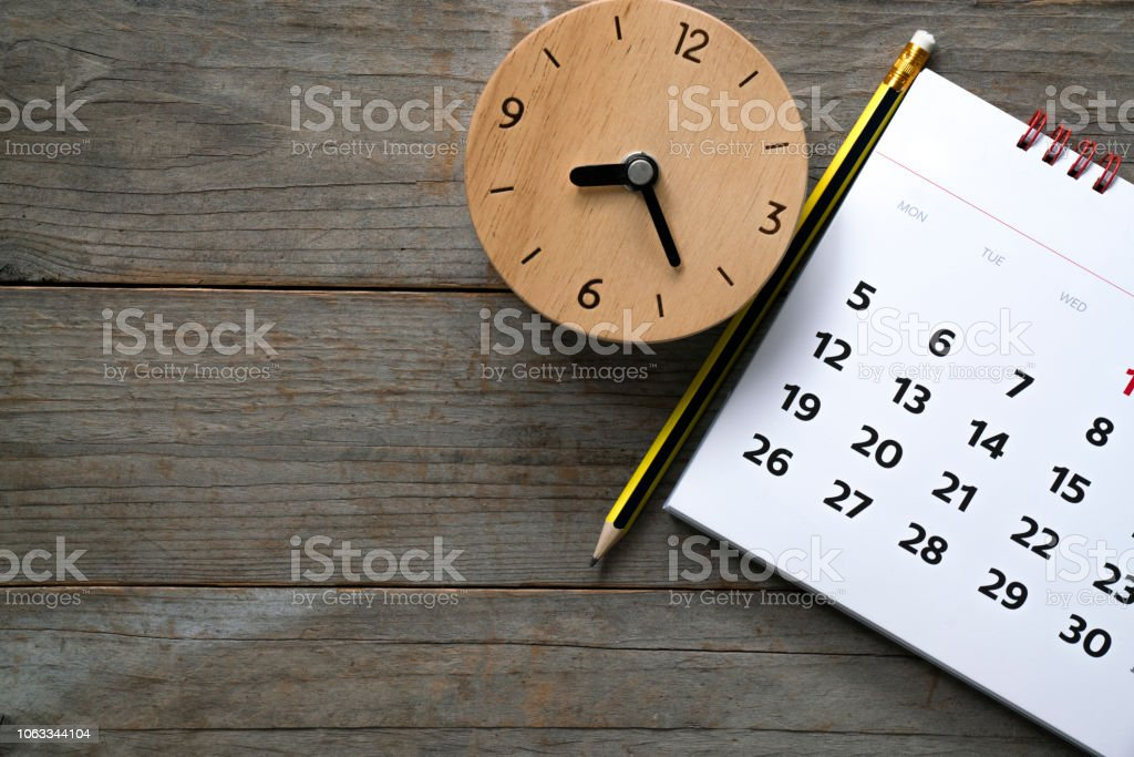 close up of calendar and clock on the table, planning for business meeting or travel planning concept - Стоковые фото В помещении роялти-фри