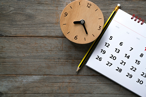 Close Up Of Calendar And Clock On The Table Planning For Business Meeting Or Travel Planning Concept — стоковые фотографии и другие картинки В помещении