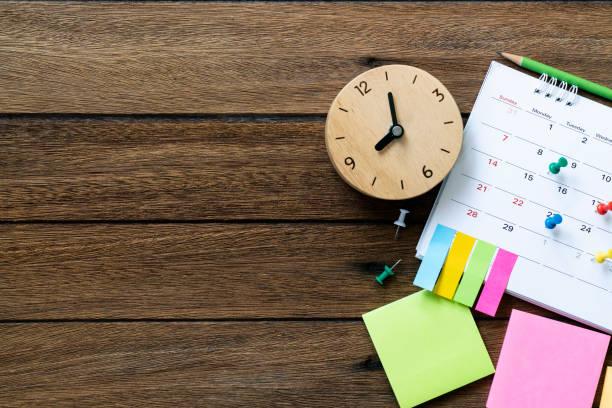 zbliżenie kalendarza i zegara na stole, planowanie spotkań biznesowych lub koncepcji planowania podróży - czas zdjęcia i obrazy z banku zdjęć