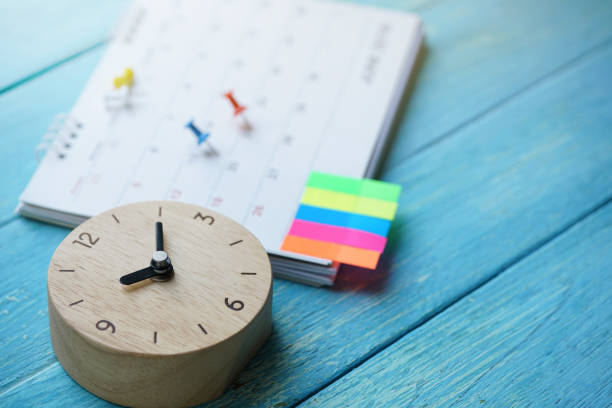 달력의 닫기 및 테이블, 비즈니스 회의 위한 계획에 시계 또는 여행 계획 개념 - 일과 뉴스 사진 이미지